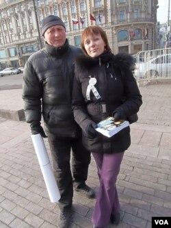 叶卡捷琳娜的支持者, 左为奥列格。(美国之音白桦拍摄)