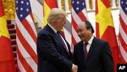Tổng thống Mỹ Donald Trump được Thủ tướng Việt Nam Nguyễn Xuân Phúc tiếp đón tại Văn phòng Chính phủ ở Hà Nội, ngày 12 tháng 11, 2017.