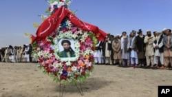 阿富汗官员和其他哀悼者出席遇刺的前塔利班官员、阿富汗高级和平理事会成员阿尔萨拉·拉马尼的葬礼。