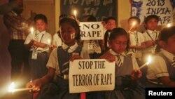Para siswa di di Ahmedabad, India menggelar doa bersama (31/12) untuk mendoakan korban pemerkosaan di New Delhi 15 Desember lalu, yang akhirnya meninggal dunia saat mendapat perawatan di Singapura. Polisi tengah melakukan tes tulang untuk menentukan usia pelaku remaja yang terkait dalam pemerkosaan tersebut.
