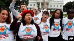 DACA (Deferred Action for Childhood Arrivals) programı Amerika'ya 16 yaşından önce gelmiş yasal olmayan göçmenlere belirli koşullar altında ülkede kalabilme hakkı tanıyor