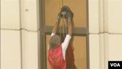 """""""法國蜘蛛俠""""阿蘭•羅伯特攀爬了澳門33層樓的銀河酒店"""