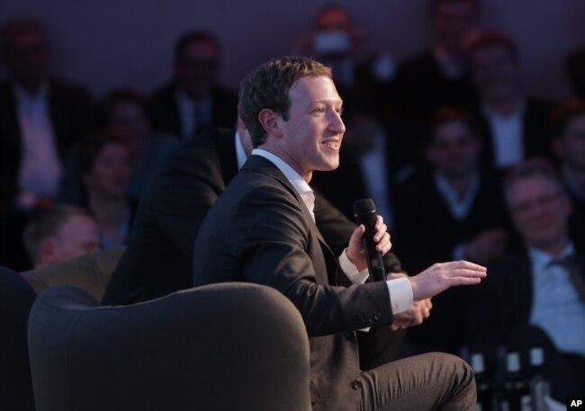脸书首席执行官扎克伯格星期五在德国柏林市政厅的一个颁奖仪式上讲话 (2016年2月25日)