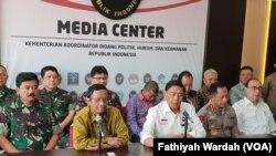 Jumpa pers usai pertemuan para tokoh yang tergabung dalam Gerakan Suluh Kebangsaan di kantor Kementerian Koordinator Bidang Politik, Hukum, dan Keamanan di Jakarta, Selasa (28/5). (Foto: VOA/Fathiyah)