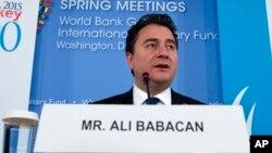 Ali Babacan, arstitek ekonomi Turki, memilih untuk keluar dari partai AKP (foto: dok).