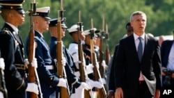 Sekjen NATO Jens Stoltenberg tiba untuk pertemuan koalisi lawan ISIS di pangkalan udara Andrews, di luar Washington DC, Rabu (20/7).