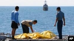 Các thi hài được cho là của nạn nhân chuyến bay 8501 trên boong tàu Hải quân Indonesia KRI Banda Aceh, ở biển Java, Indonesia, 23/1/2015.