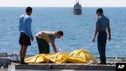 """Pripadnici spasilačkih timova pregledaju kese sa posmrtnim ostacima žrtava na letu """"Er Azije"""""""