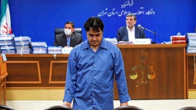 伊朗持不同政见记者鲁哈拉·扎姆(Ruhollah Zam)被伊朗以运作情报为由抓捕。图为2020年6月2日他在伊朗法庭出庭。