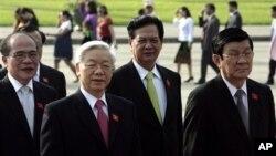 Từ trái: Chủ tịch Quốc hội Nguyễn Sinh Hùng, Tổng bí thư Đảng Nguyễn Phú Trọng, Thủ tướng Nguyễn Tấn Dũng, và Chủ tịch nước Trương Tấn Sang