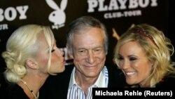 ARSIP - Pendiri majalah Playboy, Hugh Hefner, tiba bersama teman wanitanya Kendra Wilkinson (kiri) dan Bridget Marquardt di perayaan pesta ulang tahunnya yang ke-80 di klub P1 yang terkenal di Munich, 31 Mei 2006 (foto: REUTERS/Michaela Rehle/Arsip)