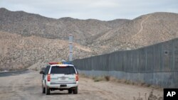 Pripadnici američke Granične patrole voze duž granice žice na granici SAD i Meksika, u Sanlend Parku, Nju Meksiko, 4. januara 2016.