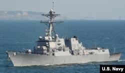 """Tàu khu trục có trang bị tên lửa dẫn đường USS William P. Lawrence. Tàu USS William P. Lawrence đã đi bên trong vùng 12 hải lý quanh Đá Chữ Thập hiện bị Trung Quốc chiếm đóng để """"thách thức những tuyên bố chủ quyền biển thái quá của một số bên tranh chấp ở Biển Đông"""", ngày 10/5/2016."""