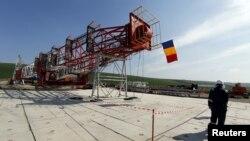Một nhân viên tại tháp khoan thuộc khu vực Chevron ở Pungesti, Romania.