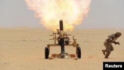 یک سرباز سعودی در حال شلیک مواضع حوثی ها در مرز عربستان با یمن