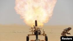 Một binh sĩ Ả-rập Saudi bắn pháo về hướng vị trí di chuyển của phiến quân Houthi tại biên giới Ả-rập Saudi với Yemen 21/4/2015.