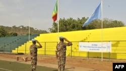 Des Casques bleus de la MINUSMA devant les drapeaux du Mali et de l'Onu, le 29 mai May 2015, au stade Mamadou Konaté N'tomikorobougou à Bamako, Mali. HABIBOU KOUYATE / AFP / HABIBOU KOUYATE