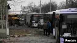 Những chiếc xe bus đổ về thị trấn Debaltseve, miền đông Ukraine, 6/2/15, để giúp thường dân di tản