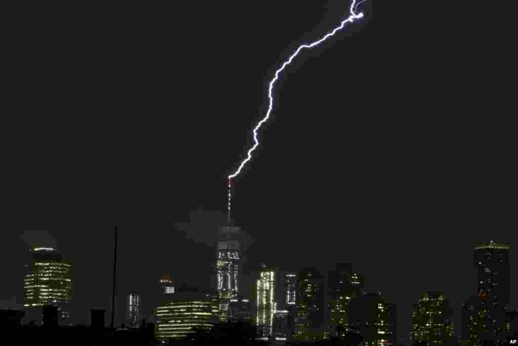 تصویری از رعد و برق ایجاد شده در بالای برج سازمان تجارت جهانی در نیویورک