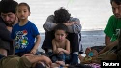 Nhóm người được cho là người Uighur ở Trung Quốc nghỉ ngơi trong 1 khu tạm trú sau khi bị giam giữ gần biên giới Thái Lan-Malaysia ở Hat Yai, Songkla, 14/3/2014
