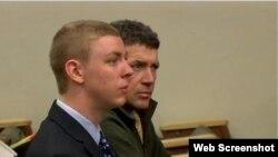 美国斯坦福大学校园强奸案被告布罗克特纳 (左前)