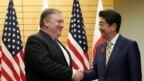 Ngoại trưởng Mỹ Mike Pompeo (trái) và Thủ tướng Nhật Bản Shinzo Abe trước cuộc họp tại văn phòng của ông Abe ở Tokyo, Nhật Bản, ngày 6 tháng 10 năm 2018.