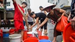 Cảnh xếp hàng lấy nước sạch của người dân Hà Nội.