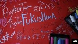 """福岛县撤离人员中心的一块留言板上写着""""为日本祈祷"""""""