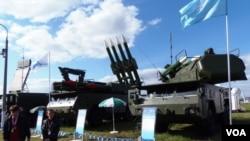 去年8月莫斯科航展上展出的防空导弹。(美国之音白桦拍摄)