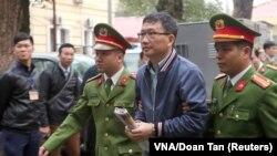 Cựu Chủ tịch HĐQT PetroVietnam Trịnh Xuân Thanh bị áp giải ra tòa án ở Hà Nội vào ngày 8/1/2018.