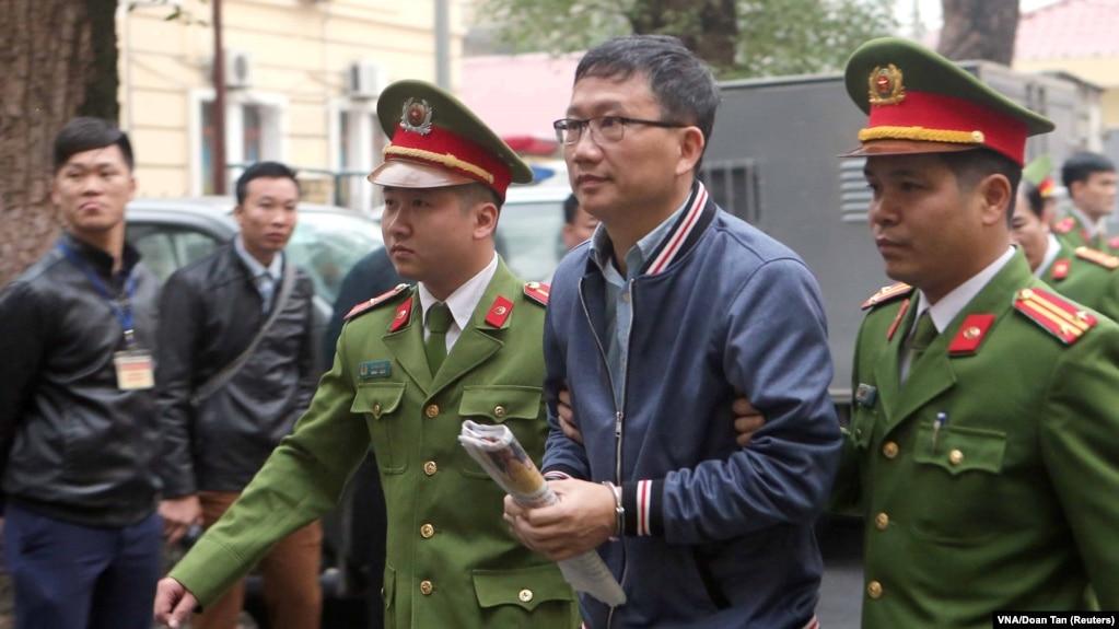Cựu Chủ tịch PetroVietnam Trịnh Xuân Thanh bị dẫn giải ra tòa án ở Hà Nội vào ngày 8/1/2018.
