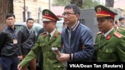 Trịnh Xuân Thanh bị áp giải ra tòa án ở Hà Nội vào ngày 8/1/2018.