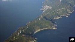 Các tua bin gió chạy dài 50 kilomet dọc theo bán đảo Sadamisaki phía tây nước Nhật sẽ trở nên quan trọng hơn khi Nhật đóng cửa lò phản ứng điện hạt nhân cuối cùng