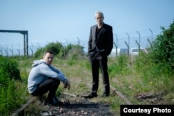 Ewan McGregor as Mark Renton and Jonny Lee Miller as Simon on railway tracks in T2 Trainspotting (Photo: Courtesy TriStar Pictures)