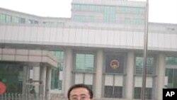 张晓辉在北京法院门前