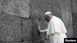 El papa Francisco oró en el muro de la muerte en el ex campo de concentración nazi en Auschwitz-