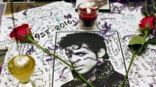 Memorial untuk Prince di Apollo Theater, Harlem, New York.