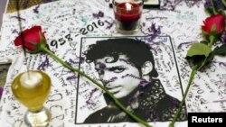Para penggemar musisi Price membuat peringatan atas kematiannya di Harlem's Apollo Theater di kota New York (foto: dok).