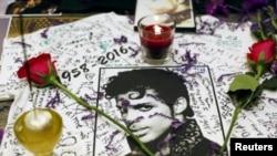 Une photo de Prince devant l'Apollo Theater, New York, 22 avril 2016