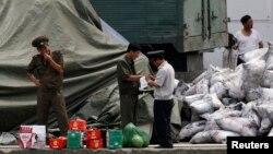 북한 신위주에서 군인들이 중국으로 부터 들여온 비료를 검사하고 있다. (자료사진)