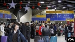 Suasana terminal pemberangkatan saat terjadinya aksi mogok para petugas keamanan di bandara Lyon-Saint Exupery, Perancis (17/12).