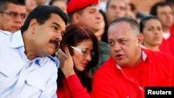 El presidente Nicolás Maduro conversa con el presidente de la AN, Diosdado Cabello. La Ley Habilitante está lista para ser aprobada en la Asamblea.