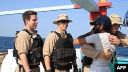 Pozdrav pripadnika američke mornarice sa članom posade iranskog ribarskog broda koji je bio pod kontrolom gusara u Arapskom moru