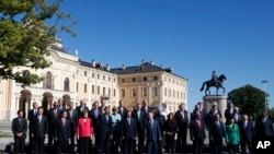 G20 summit participants pose for a group picture in St.Petersburg, Sept. 6, 2013.