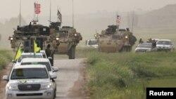نیروهای کردی یگان های مدافع خلق به همراه واحدهای نظامی آمریکا در حومه روستای الدرباسیه نزدیک مرز ترکیه - آرشیو