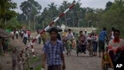 Etnis muslim Rohingya melewati tempat pemeriksaan di kota Maungdaw, negara bagian Rakhine, Myanmar (foto: dok).