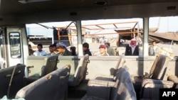 Autobus oštećen šrapnelima posle eksplozije motocikla koji je dignut u vazduh u blizini grupe iračkih radnika u šiitskoj četvrti Sadr Siti, 5. januara 2012.