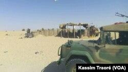 La Fama (force armée malienne) patrouille dans le cercle d'Ansongo, région de Gao, au Mali, le 13 mars 2017. (VOA/Kassim Traoré)