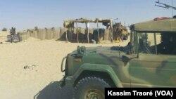 Les Fama (forces armées maliennes) patrouillent dans le cercle d'Ansongo, région de Gao, au Mali, le 13 mars 2017. (VOA/Kassim Traoré)