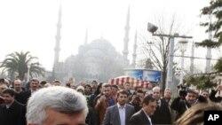 ຫົວໜ້າຄະນະເຈລະຈານິວເຄລຍຂອງອີຣ່ານ ທ່ານ Saeed Jalili ອອກຈາກວັດ Sultan Ahmed ລຸນຫຼັງ ທີ່ໄດ້ໄປຮ່ວມພິທີສວດມົນພາວະນາໃນມື້ວັນສຸກວານນີ້ ຫຼັງຈາກການເຈລາລະຫວ່າງອີຣ່ານແລະ 6 ປະເທດ ມະຫາອຳນາດຂອງໂລກ ກ່ຽວກັບໂຄງການນິວເຄລຍ ຂອງເຕຫະຣ່ານ ທີ່ນະຄອນອິສຕັນບູລ.
